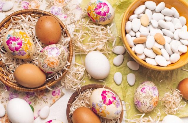 अंडों पर फूल बनाएं।