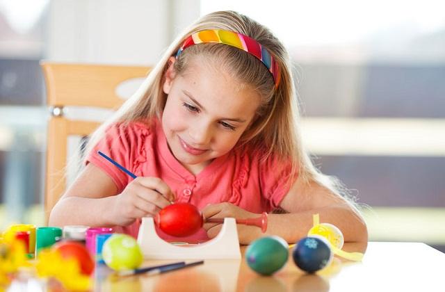 बच्चों से अंडों को अलग-अलग रंग करवाएं।