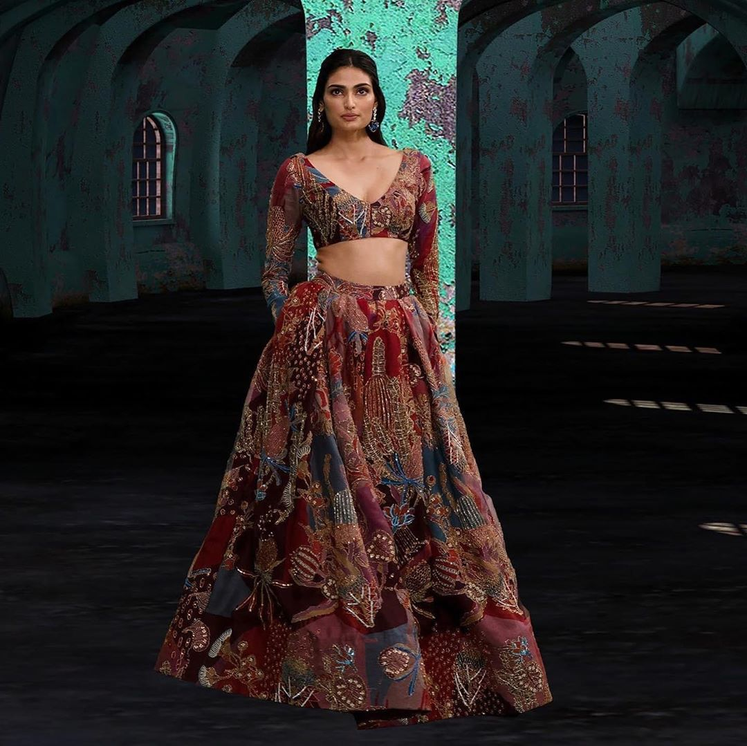 करवाचौथ के मौके पर फैशन भी व्रत का अहम हिस्सा बन चुका है। अगर आउटफिट की बात करें तो हर महिला चाहती हैं कि करवाचौथ के दिन उनका आउटफिट सबसे खास हो।