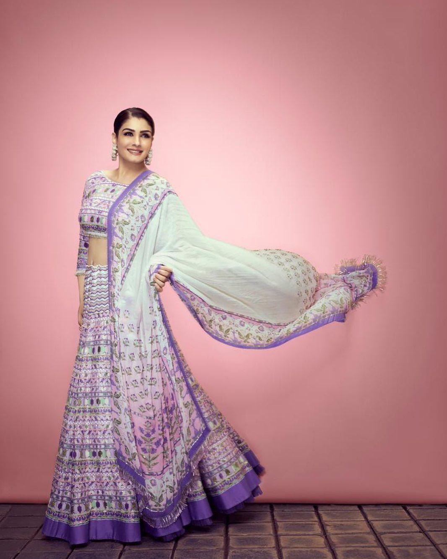 अगर कुछ हल्का फुल्का पहनने की सोच रही हैं तो एक्ट्रेस रवीना टंडन के इस लुक से आइडिया लीजिए। @shilpiahujaofficial द्वारा डिजाइन किया गया लहंगा भी करवाचौथ ओकेशन के लिए बेस्ट ऑप्शन है।