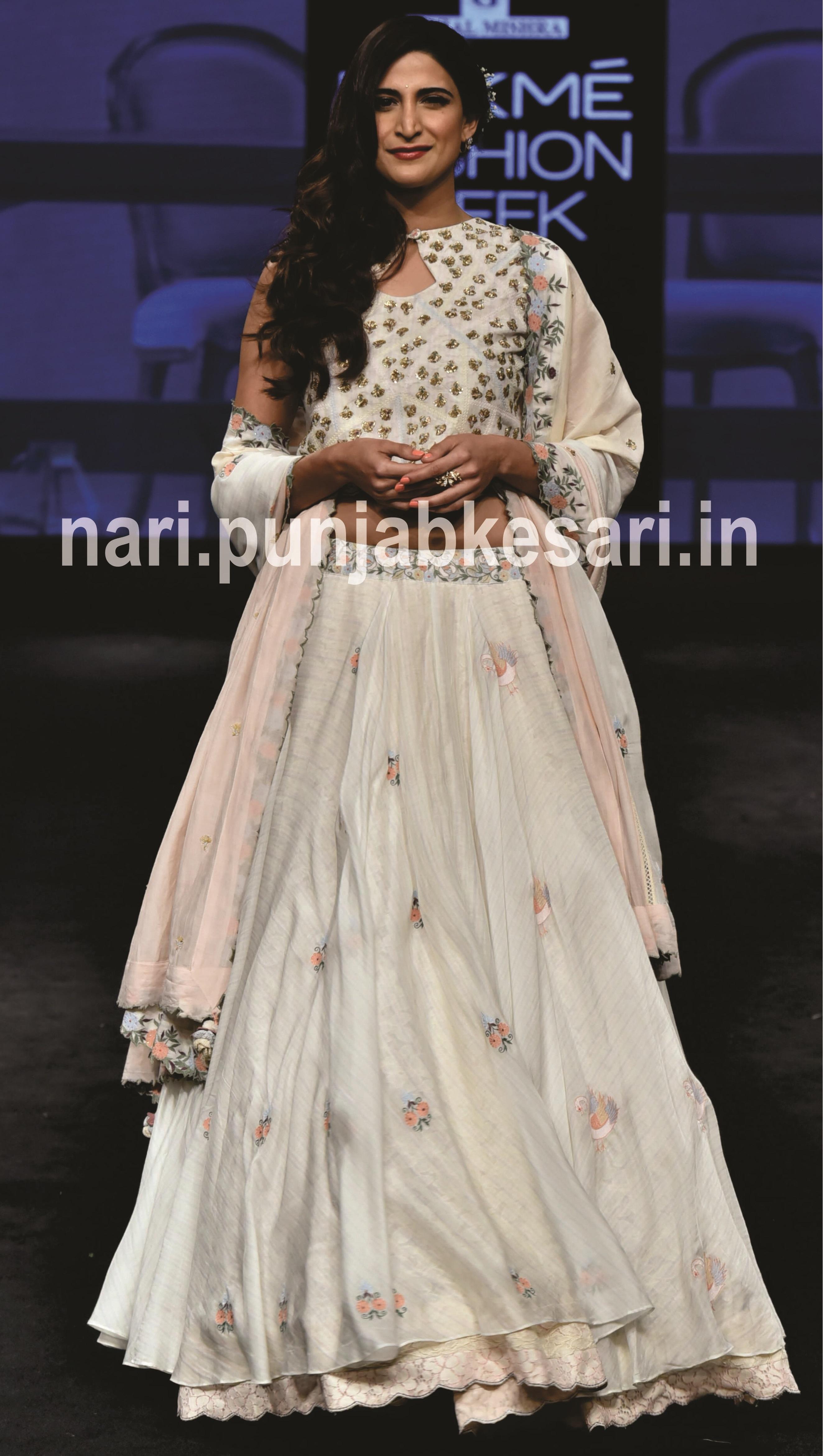 डिजाइनर Gazal Mishra की लेटेस्ट कलैक्शन Ateeba के लिए कुब्रा सैत और अहाना कुमरा ने एक साथ रैंपवॉक किया।