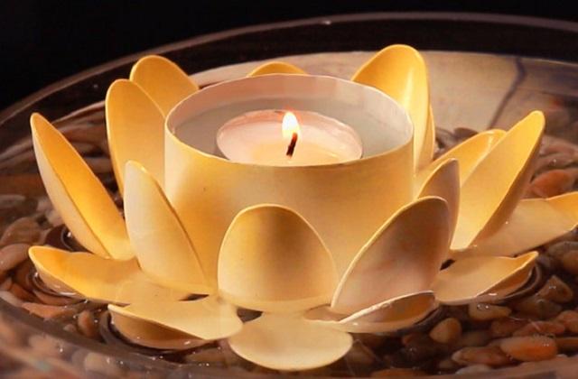 इसके लिए बीच में एक कटोरी या डिब्बा रखें। बाद में एक-एक चम्मच को गोंद की मदद से चिपाकर कर फूल बनाएं।