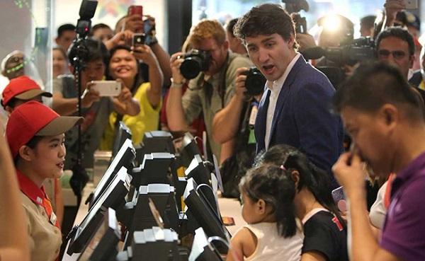 आसियान शिखर सम्मेलनः कनाडाई प्रधानमंत्री ने किया एेसा काम, सोशल मीडिया पर छाए