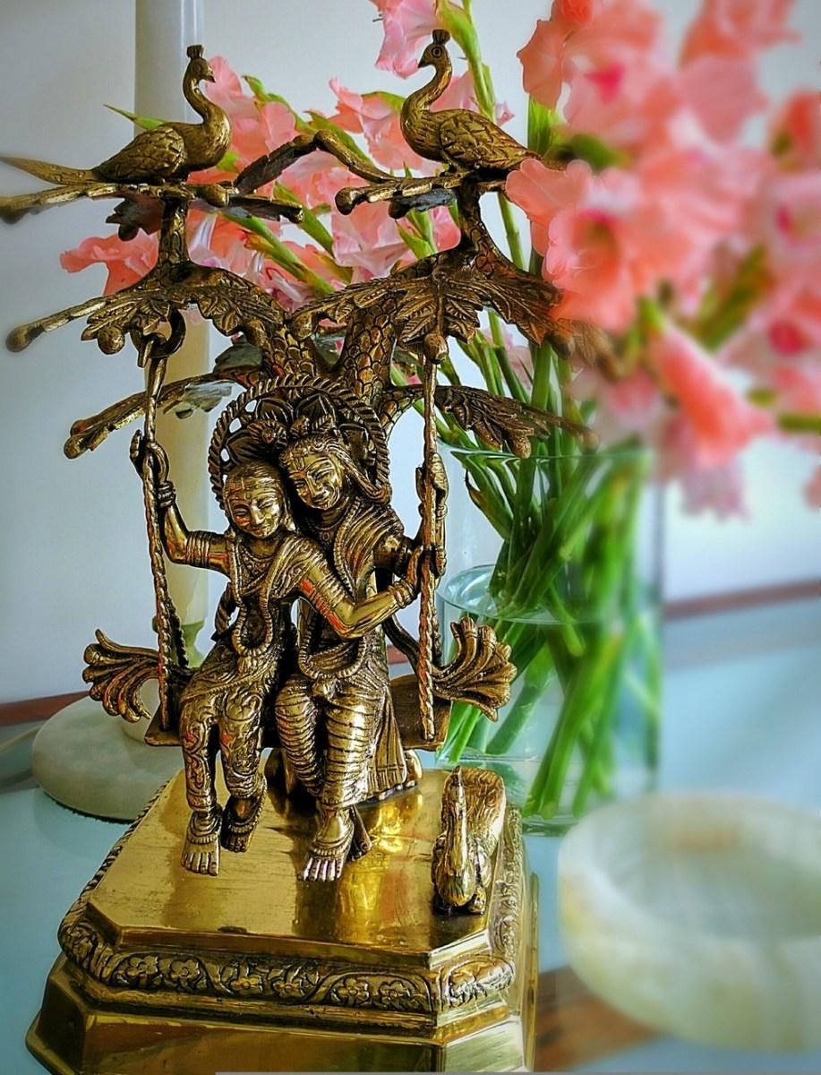क्या आप भी विदेशी चीजों को घर में देख-देखकर उब गए हैं? तो क्यों ना घर में देसी स्टाइल सजावट की जाए... भारतीय सभ्यता हमेशा से ही खास रही हैं।