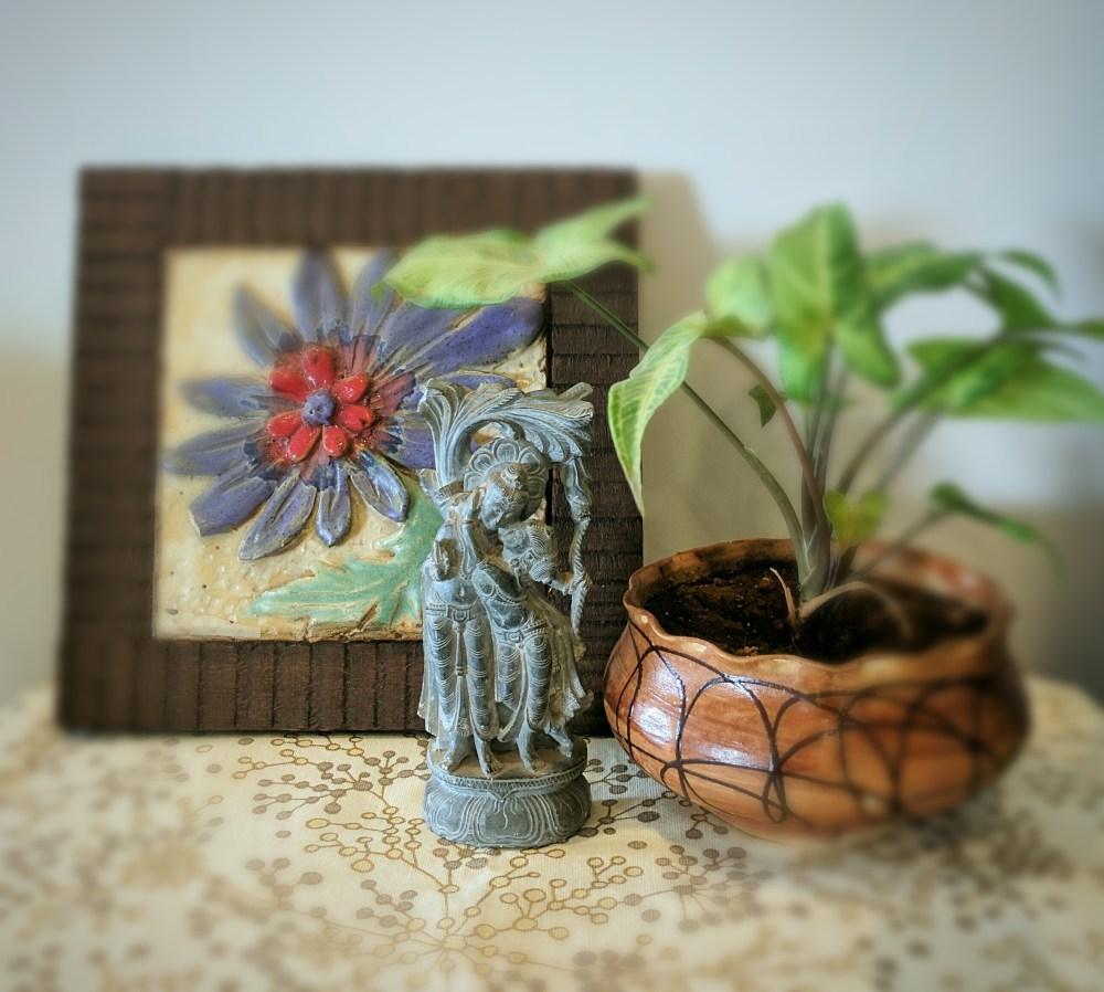 राधा और कृष्ण की एक पत्थर की मूर्ति, सजावटी टाइल और सिरेमिक हस्तशिल्प से करें टेबल डैकोरेशन।