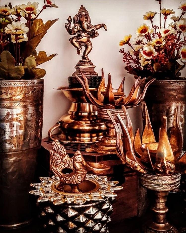 पीतल के बर्तन, दीये और देवी की मूर्ति भी घर को विटेंज लुक देने के लिए बेस्ट ऑप्शन है।