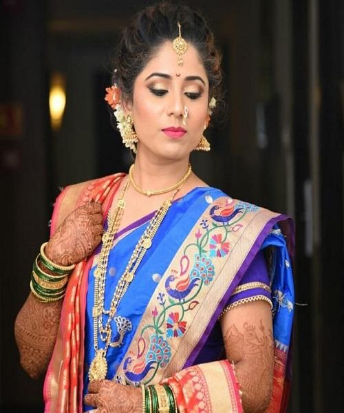 ज्वेलरी के बिना श्रृंगार अधूरा माना जाता है। ऐसे में आप भी महाराष्ट्रीयन लुक पाने के लिए ज्वेलरी जरूर पहने। इसके लिए सबका ध्यान सबसे पहले 'नथ' पर जाता है।