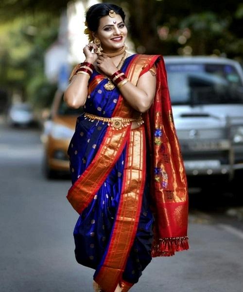 मराठी महिलाओं की बड़ी नथ काफी आकर्षक लुक देने के साथ खूबसूरती पर चार-चांद लगाती है।