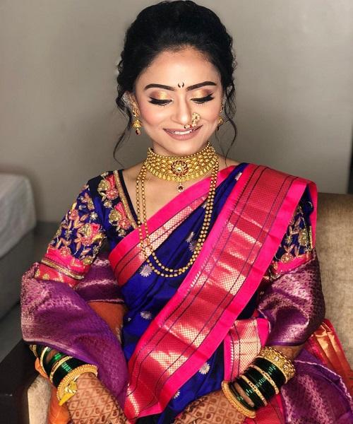 मराठी महिलाएं कानों में बुगड़ी पहनती हैं जो मोतियों से बनी झुमकियों की तरह लगती है।