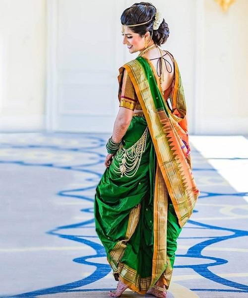 गणेश उत्सव पर महाराष्ट्रीय लुक पाने के लिए मराठी महिलाओं की तरह जुड़ा करके उसे गजरे से सजाएं।