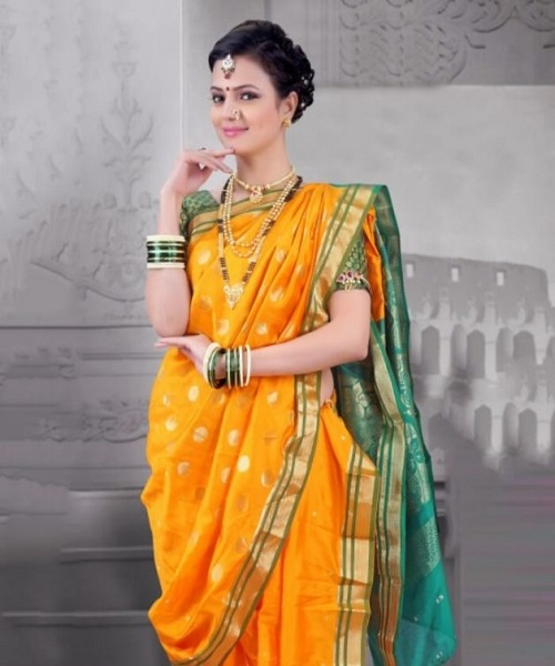 मराठी महिलाओं का लुक बेहद शाही नजर आता है। उनकी परंपरागत ज्वेलरी डिजाइन भी शाही लुक देती है, जिसमें रानी हार सबसे जय्ददा आकर्षक नजर आता है। ऐसे में भी रानी हार पहन सकती है।