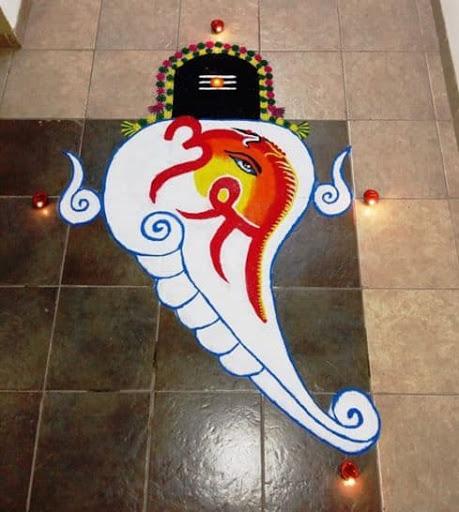 हालांकि पहले के समय में सिर्फ दीपावली पर ही रंगोली बनाई जाती थी लेकिन आजकल लोग हर मौके पर घर के मुख्य द्वार को सजाते हैं।