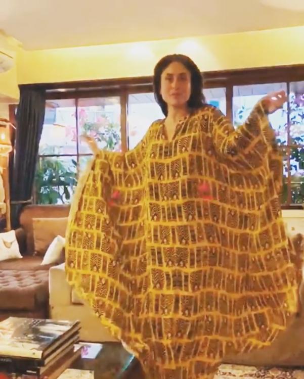 काफ्तान में गर्भवती महिलाएं काफी कंफर्टेबल महसूस करती है। इसलिए प्रेग्नेंसी करीना की भी बेस्ट ड्रेस काफ्तान हैं जिसे आप कई मौकों पर पहने देख सकते हैं