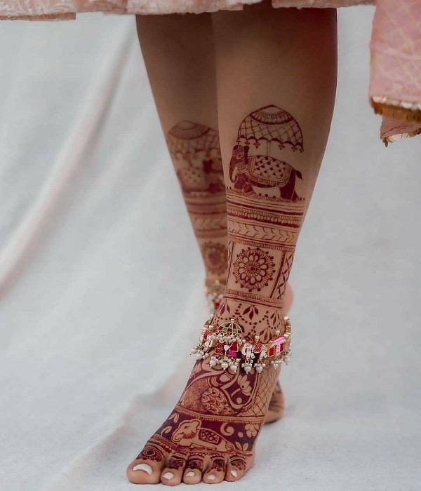 शादी का सीजन जोरो-शोरो पर हैं, ऐसे में मेहंदी डिजाइनर्स की डिमांड भी खूब हो रही हैं।