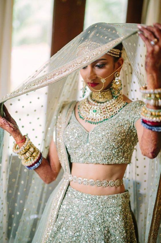 आजकल लड़कियों में साड़ी, लहंग, यहां तक कि इंडो-वैस्टर्न आउटफिट्स के साथ भी कमरबंध पहनने का ट्रैंड देखने को मिल रहा है।
