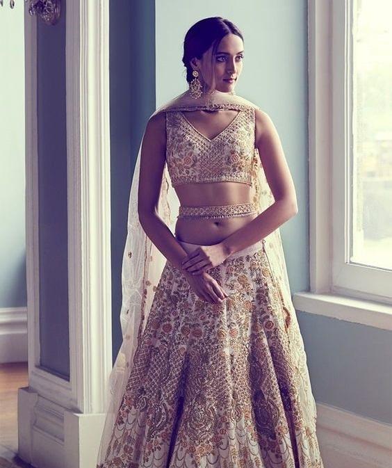 पहले जहां सिर्फ साउथ इंडियन दुल्हन की इसे कैरी करती थी वहीं आजकल यह हर किसी की पसंद बने हुए हैं।