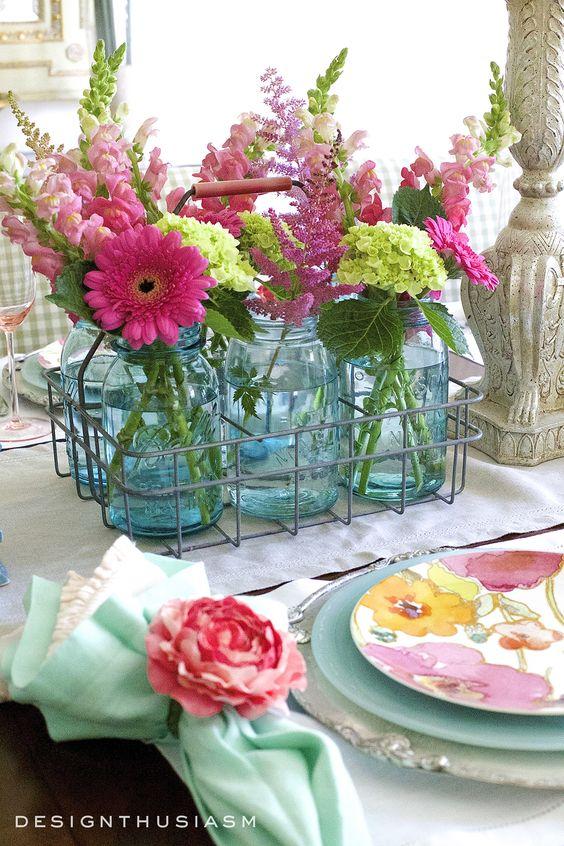 फूल ना सिर्फ घर को महकाते हैं बल्कि इससे वातावरण भी शुद्ध और साफ होता है। वहीं, गर्मियों के मौसम में तो फूल और भी महत्वपूर्ण हो जाते हैं क्योंकि इनसे घर को ठंडक भी मिलती है।