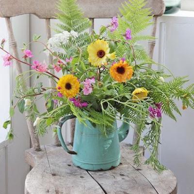 चूंकि ये फूल गर्मी के मौसम में भी मुरझाते नहीं। अब आप सोच रहे होंगे कि फूलों के साथ वॉस पर भी ढेरों पैसे खर्च करने पड़ेंगे जबकि ऐसा नहीं है। आप घर की पुरानी चीजों का रियूज करके फ्लॉवर डैकोरेशन कर सकते हैं।