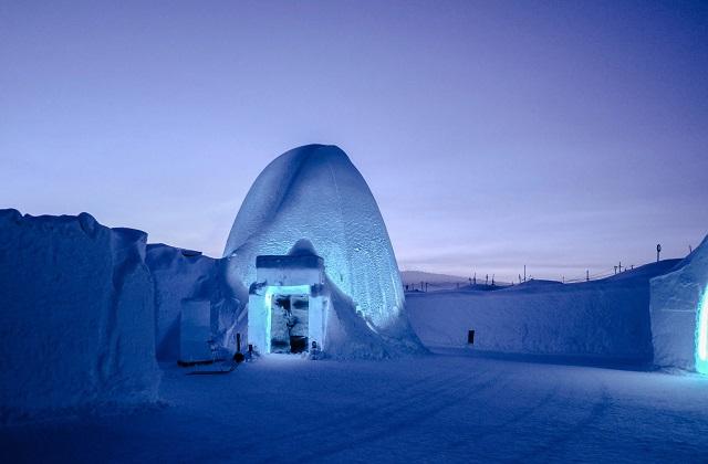 इसकी खासियत है कि होटल की दीवारों से लेकर फर्नीचर तक हर चीज बर्फ से बनी हुई है। इस होटल को सोलर पावर्ड कूलिंग टेक्नोलॉजी के द्वारा बनाया जाता है।