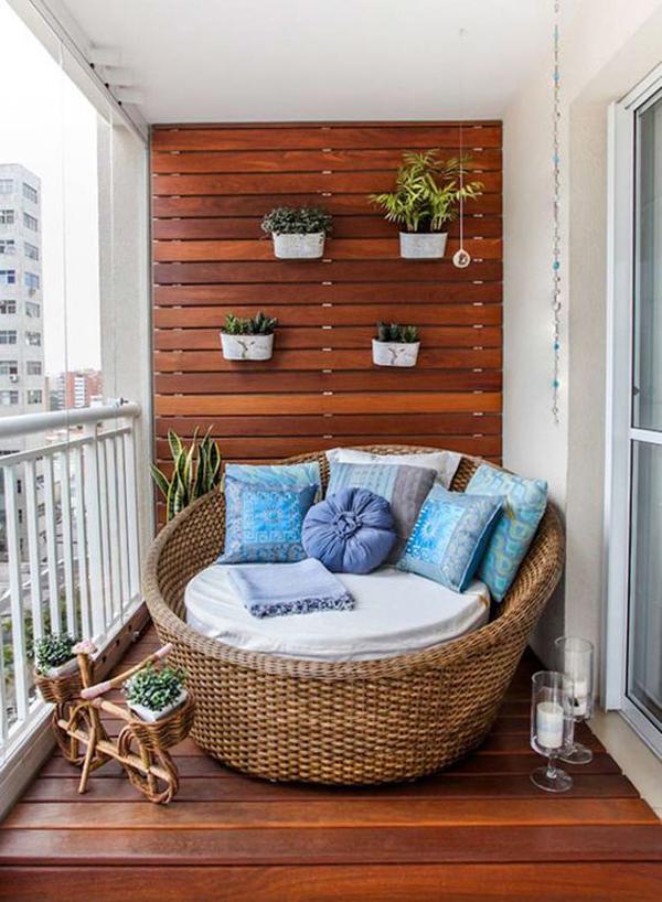 आप बालकनी को भी रीडिंग नुक्कड़ में बदल सकते हैं। इसे अधिक आरामदायक बनाने के लिए आफ लकड़ी फर्नीचर और हाउसप्लांट का इस्तेमाल कर सकते हैं।