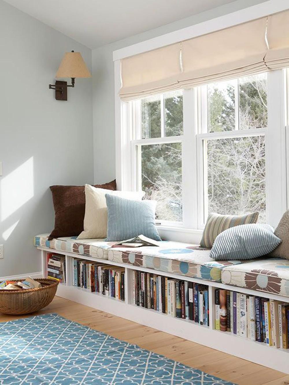 खिड़की के खाली एरिया का इस्तेमाल भी आप शानदार रिडिंग कार्नर बनाने के लिए इस्तेमाल कर सकते हैं।