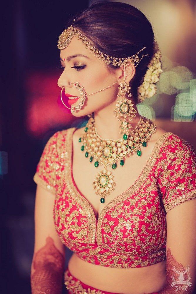 मगर ज्वैलरी इंडियन शादियों की न सिर्फ परंपरा रह गई हैं बल्कि फैशन ट्रैंड का हिस्सा भी बन चुकी हैं। इसी फैशन ट्रैंड को देखते हुए मार्कीट में हैवी नेकलेस, ईयररिंग्स, माथा पट्टी, मांगटीका से लेकर नथ के काफी डिजाइन्स उपलब्ध हैं जिन्हें लड़कियां अपनी च्वाइस व ट्रैंड के मुताबिक सिलेक्ट करती हैं।