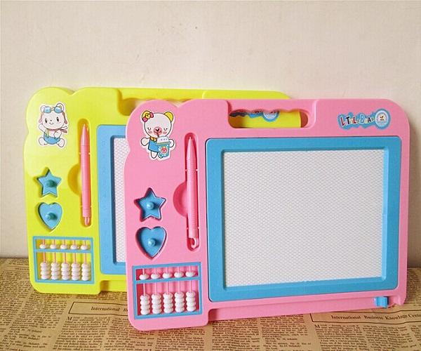आप लोहड़ी गिफ्ट के तौर पर बच्चे को मैग्नेटिक स्केच बोर्ड दे सकते हैं।