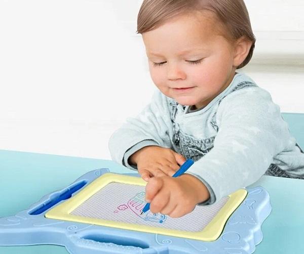 इससे बच्चा लिखने की प्रैक्टिस कर सकेगा। ऐसे में उसे लिखने में दिलचस्पी भी होगी।
