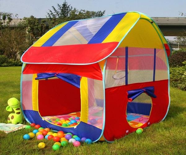 छोटे बच्चों के खेलने के लिए प्ले टेंट हाउस विथ टनेल एंड बॉल पूल गिफ्ट करना भी सही रहेगा।