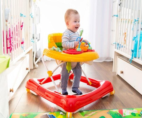 बच्चे वॉकर की मदद से बेहतर तरीके से चलना सीखता है। ऐसे में आप उसके लिए वॉकर खरीद सकते हैं।