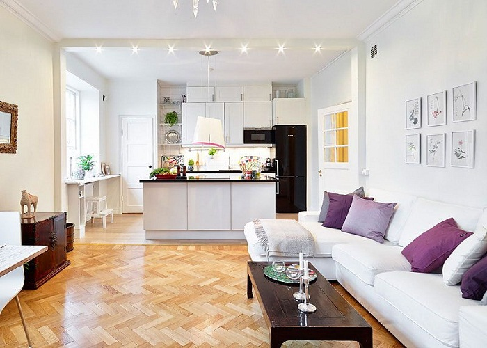 किचन की साइड वाली दीवार पर सोफा लगाकर उसे क्लासी लुक दे सकते हैं।