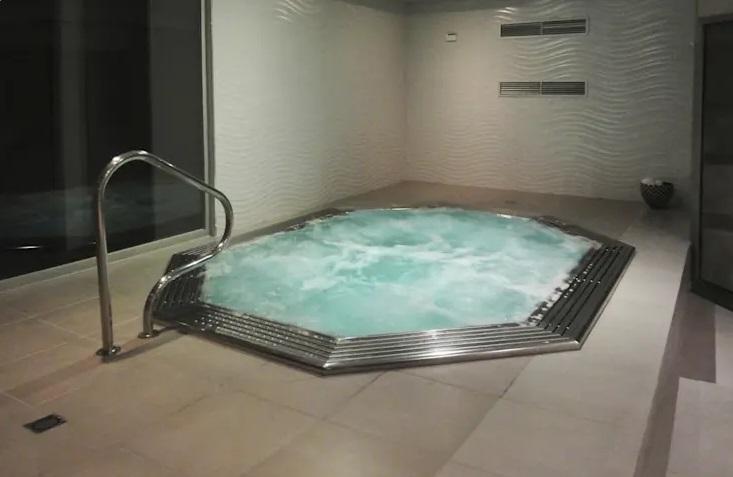आप इसे छोटे यार्ड, रूफटॉप या यहां तक कि इनडोर एरिया में फिट कर सकते हैं। स्विमिंग पूल ना सिर्फ घर को सुदंर दिखाता है बल्कि गर्मी के महीनों के ठंडक पाने के लिए भी यह एक बढ़िया ऑप्शन है।