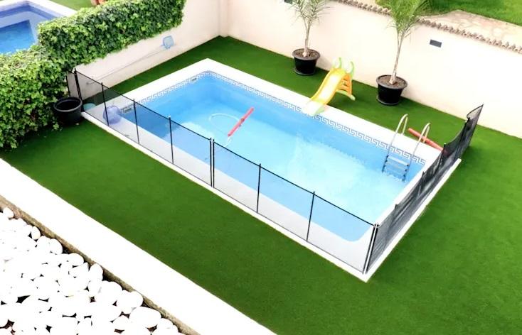 ऐसे में आज हम आपको कुछ Tiny स्विमिंग पूल डिजाइन्स दिखाएंगे, जिन्हें आप छोटे घर में भी बनवा सकते हैं।