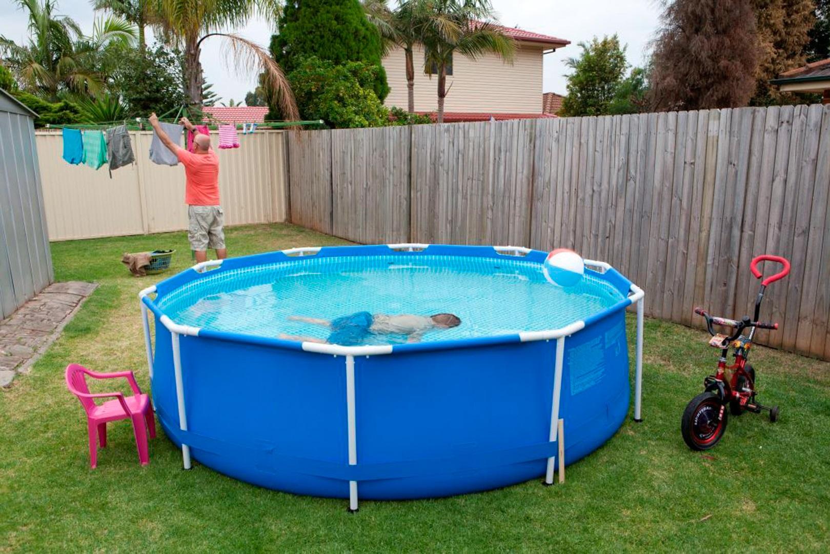 अगर आप घर में स्पेस की ज्यादा कमी है तो आप आर्टिफिशियल स्विमिंग पूल भी रख सकते हैं। इसे आप यूज करने के बाद आसानी से पैक करके एके कोने में रख सकते हैं।