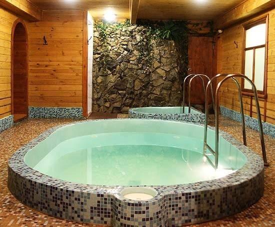 बाथरूम में स्पेस की कमी नहीं है तो आप वहीं छोटा-सा स्विमिंग पूल बनवा सकते हैं।