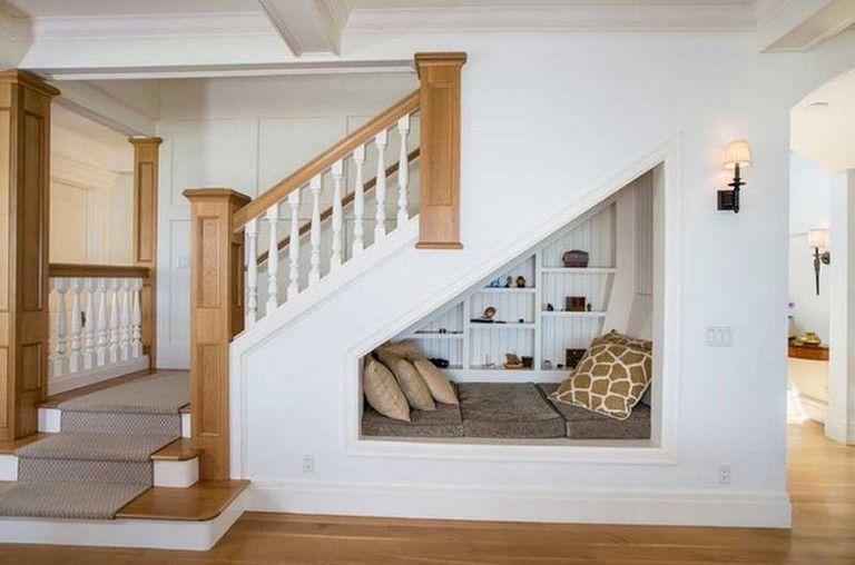 सीढ़ियों के नीचे बची स्पेस का इस्तेमाल करके आप बैठक के लिए थोड़ा-सा स्थान बना सकते हैं।