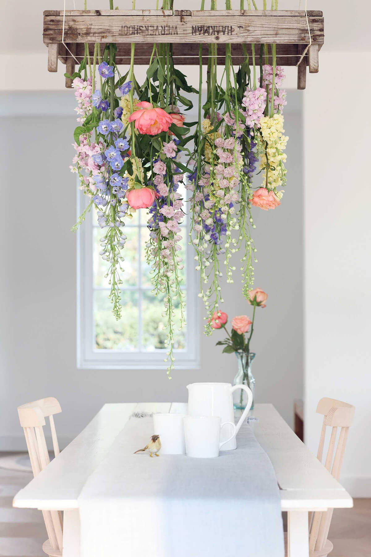 हालांकि अक्सर लोग फूलों को हमेशा वॉस या गमले में लगाकर घर की सजावट करते हैं लेकिन इसके अलावा ऐसे कई तरीके हैं, जिससे आप फूलों को अलग तरीके से डिसप्ले कर सकते हैं।