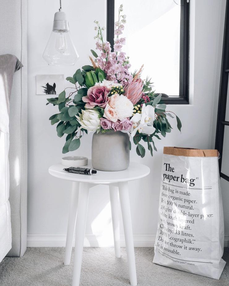 अगर आप भी अपने घर को फूलों, प्लांट्स से डैकोरेट करने की सोच रहे हैं तो हम आपको कुछ आइडियाज देंगे, जिससे आप इंस्पिरेशन ले सकते हैं। चलिए आपको दिखाते हैं फूलों से होम डैकोरेशन करने के कुछ यूनिक आइडियाज...