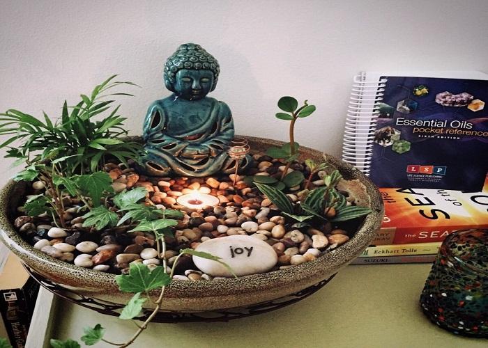 टेबलटॉप गार्डन के साथ आप बुद्धा की मूर्ति लगा सकते हैं, जो घर में पॉजिटिविटी फैलाएगी।