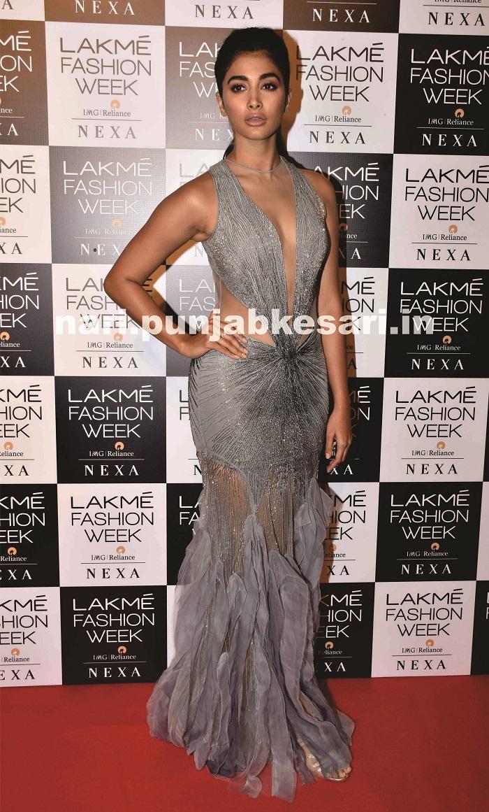 पूजा हेगड़े ने ग्रे कलर का खूबसूरत आउटफिट पहना। जिसके साथ उन्होंने हेयरस्टाइल में सिंपल पॉनी की थी।