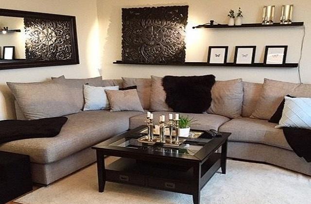 सोफा सेट के साथ तकिए और दीवारों का कलर भी मैचिंग करने से रूम सुंदर लगेगा।