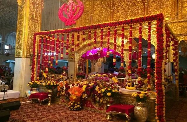 आज सिखों के दसवें गुरु गोबिंद सिंह की जयंती का शुभ अवसर पूरे देश में बड़ी धूम से मनाया जा रहा है। इस दिन गुरुद्वारों को खासतौर पर फूलों व लाइट्स से सजाया जाता है।