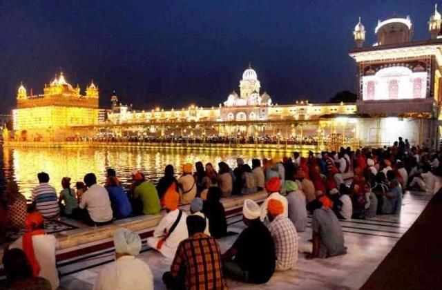 गुरु की नगरी कहलवाने वाले अमृतसर में हरमंदिर साहिब स्थापित है। माना जाता है कि महाराज रणजीय सिंह ने इसके ऊपरी भाग को सोने से ढका था। इसलिए इसे स्वर्ण मंदिर यानी गोल्डल टेंपल कहा जाता है।