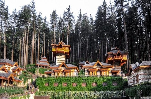 यह हिमाचल प्रदेश की पार्वती घाटी कसोल के पास कैलाश नगर में बसे हिमालयन विलेज में स्थापित है। यह ट्री हाउस देवदार के पेड़ों के बीच में बनाया गया है।