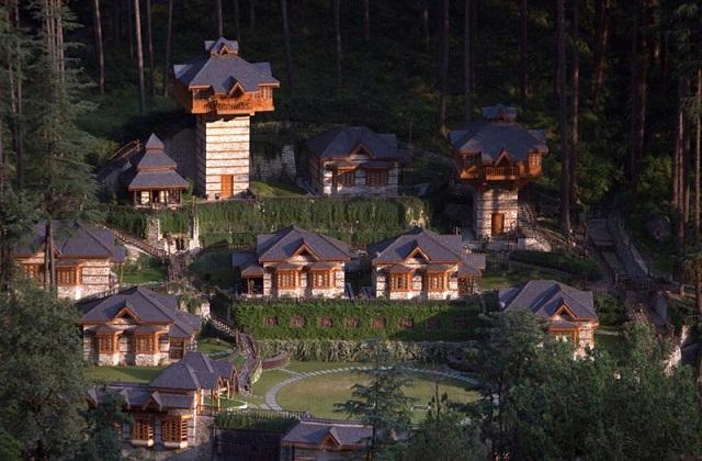 धरती से करीब 50-60 फीट ऊपर पर बना यह एक मचान ट्री हाउस है। यहां पर आप शांति व अंदर से सुकून महसूस करेंगे।
