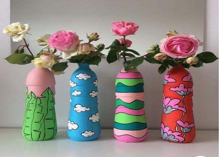 बेकार पड़ी बोतलों को अपने मनपसंद रंग का पेंट करके उसे फूलोंं से सजाया भी जा सकता है।