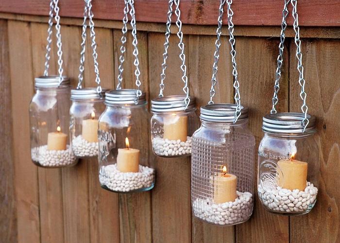 कांच के जार को लाइट और फूलों से सजा कर लैंप की तरह इस्तेमाल किया जा सकता है।