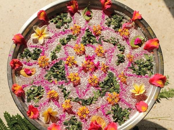 वैसे तो आमतौर पर हर त्योहार में रंगोली बनाई जाती है लेकिन रंगो के त्योहार होली पर इसका महत्व और बढ़ जाता है।