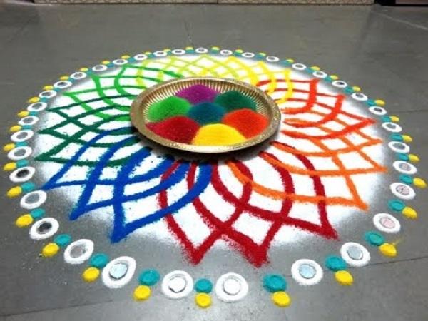 अगर आप रंगो से ही रंगोली बनाना चाहते हैं तो आप इस तरह के डिजाइन्स चूज कर सकते हैं।