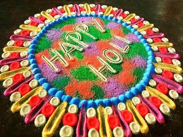 आप 'हैपी होली' रंगोली बनाकर भी पार्टी डैकोरेशन कर सकते हैं।